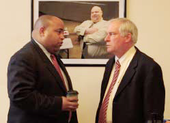 El Alcalde de Lawrence, Daniel Rivera conversa con Eric Rosengren, presidente/CEO, Federal Reserve Bank of Boston antes de la reunión con líderes comunitarios para discutir la forma en que la ciudad planea utilizar la dádiva de $700,000 que recibió de Working Families Initiative. El Alcalde de Lawrence, Daniel Rivera chats with Eric Rosengren, president/CEO, Federal Reserve Bank of Boston before the meeting with community leaders to discuss how the city plans to use the $700,000 grant received from Working Families Initiative.
