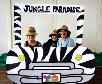 Recorriendo la Jungla Paraíso son de izquierda, Valerie Hernández, Marianne Paley- Nadel, propietaria del Everett Mills y su hijo Henry Nadel sentado detrás.  Touring the Jungle's Paradise are from left, Valerie Hernández, Marianne Paley Nadel, owner of the Everett Mills and her son in the back, Henry Nadel.