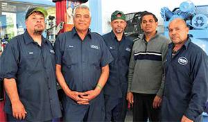 José Rosario, propietario de Universal Auto Repair pudo emplear a tres mecánicos adicionales con los fondos adquiridos a través del préstamo del Venture Loan Fund creado por la organización Lawrence Partnership. En la foto aparecen Carlos Rivera, José Rosario, Say Pachano, Mariano Surún e Ismael Santos.
