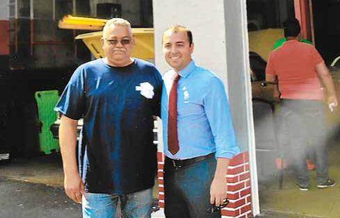 Nelson (Fred) Castillo, dueño/owner con/with Jonathan Machado de/from Enterprise Bank.